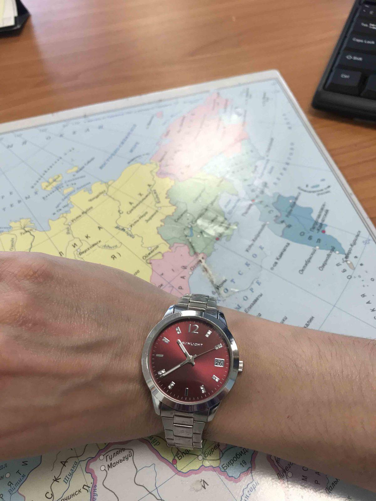 Часы с бордовым циферблатом