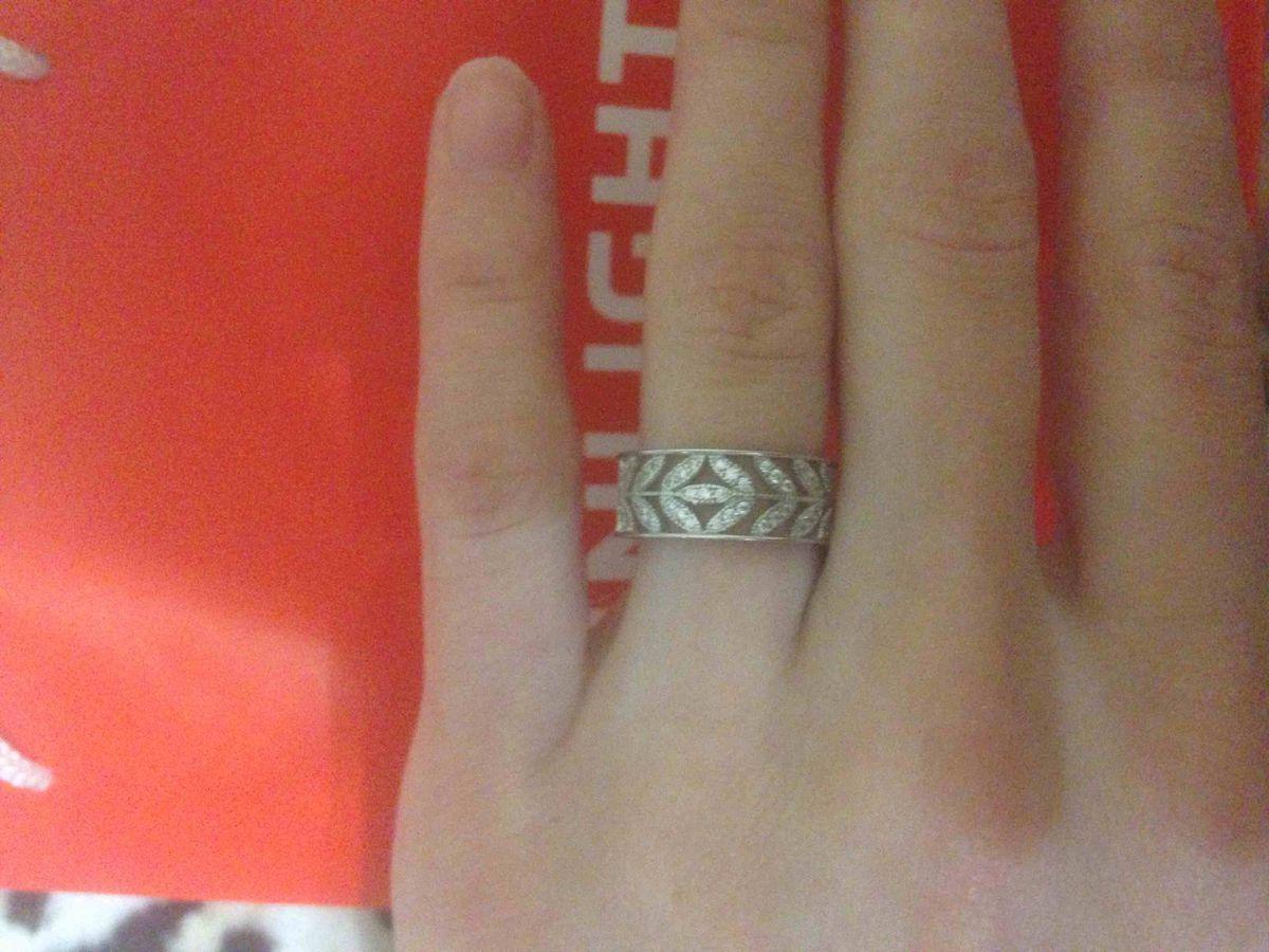Достаточно широкое,но не громоздкое   кольцо